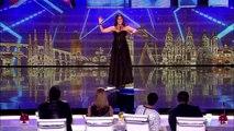 Elle fait une belle prestation en chantant l'opéra, mais quand elle enlève sa robe... Ça donne des frissons !