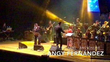 Angy inicia el concierto cantando con la banda Onda Big Band