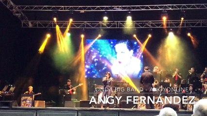 Angy finaliza el concierto cantando con la banda Onda Big Band