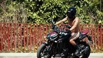 Ir desnudo en moto por seguridad, la última genialidad de Kawasaki España