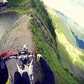 Ce biker roule sur les cimes d'une montagne et c'est flippant et vertigineux!