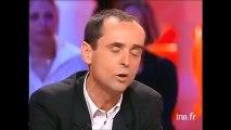 Malaise à la TV Arno Klarsfeld lance un verre d'eau à Robert Menard