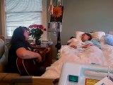 Une maman chante une dernière chanson pour sa fille mourante. La scène filmée par le père est bouleversante