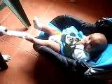 Perro Le Saca Las Calcetas Al Bebe! ★ bebes divertidos   risa bebe   bebe humor   bebes chistosos