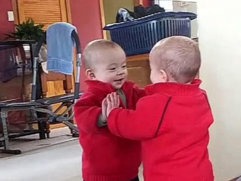 Bebe Juega Con Su Reflejo ★ bebes divertidos   risa bebe   bebe humor   bebes chistosos