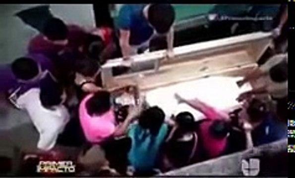 فيديو .. عائلة تخرج فتاة من قبرها بعد شك أنها دفنت حية !! شاهد ماذا وجدوا !!! -