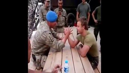 Türk ve Hollandalı Askerlerinin Eğlenceli Bilek Güreşi