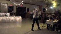Le marié se place tout seul sur la piste de danse, mais quand la musique arrive, c'est extraordinaire !