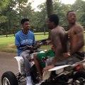Trei tipi nebuni merg cu un monstru de ATV pe 2 roți