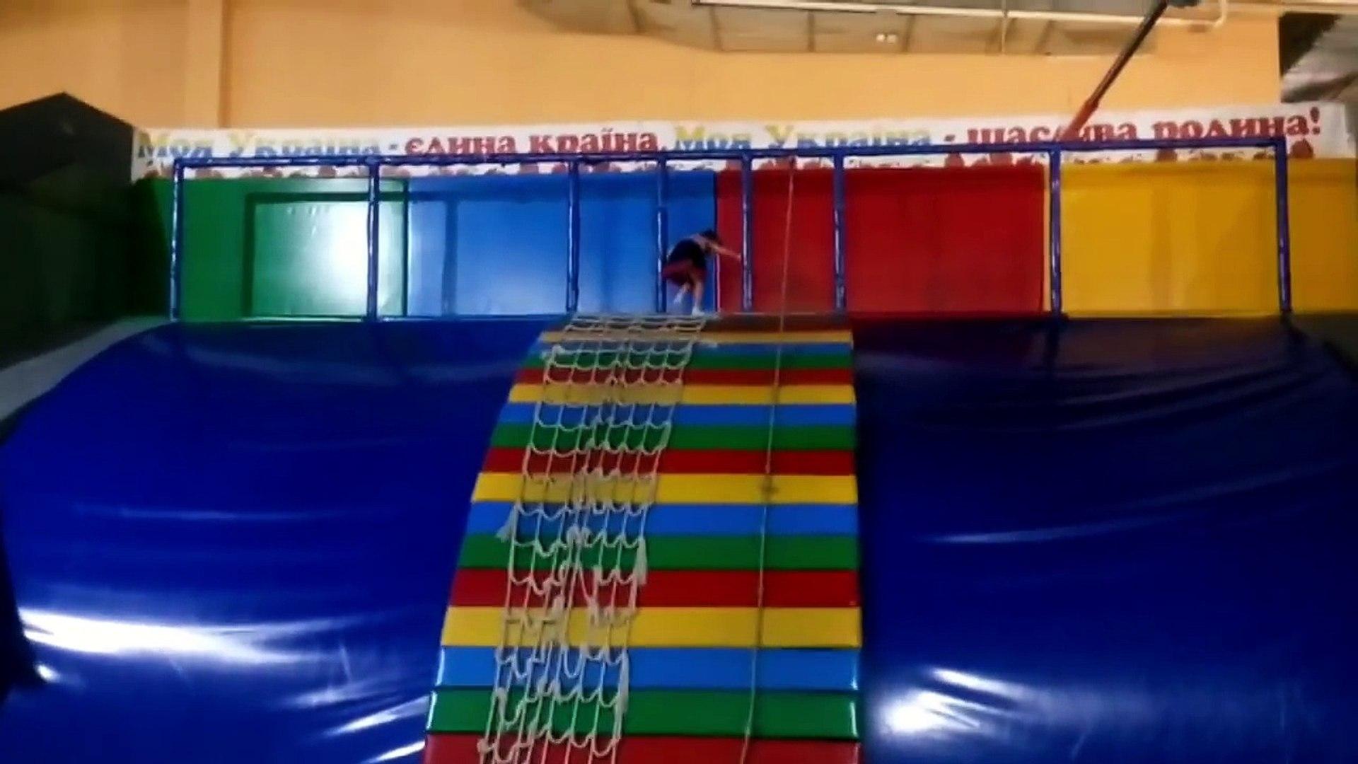 Поднимаемся по канатной лестнице. Винница kids entertainment center happy time
