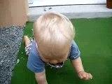 Léo joue encore avec les cailloux...