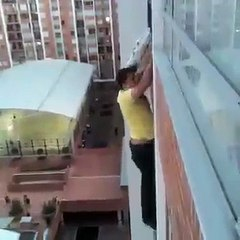 cet homme sauve un chien d une chute certaine