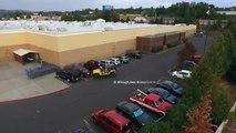 Ce conducteur vire une voiture d'un place de parking en la tractant avec sa jeep