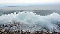 Impressionnant : une vague de glace avance dans le lac Baïkal