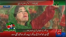 Lady Couldn't Control Her Emotions and Started Crying on Imran Khan's Arrival in Jalsa Gah