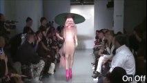 Défilé de mannequins déshabillées pour des chapeaux de mode - Londres Fashion Week