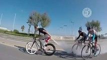 Il double ses adversaires avec un extincteur accroché sur son vélo