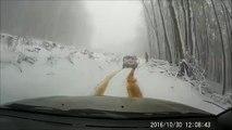 Ce débile oublie de mettre le frein à main sur une route enneigée et court après sa caisse