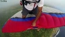 Ce parachutiste se pose en l'air sur le parachute de son pote... Dingue