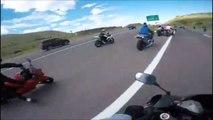 Ce motard chute sur un autre et entraine 4 autres motos au sol! Accident impressionnant