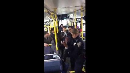 une jeune fille dans un autobus