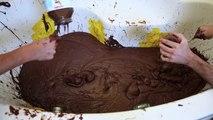 Tellement fou, il prend un bain de Nutella...environ 275 kilos de pâte à tartiner Nutella