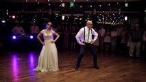 Une jeune mariée et son père mettent le feu à la piste avec une danse surprise