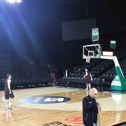 Cinq joueurs de Bamberg transforment leur shoot chacun à leur tour du milieu du terrain