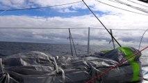 Armel Le Cléac'h croise un catamaran de croisière / Vendée Globe