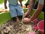 26 août 2007-Benjamin pour ses 20 mois joue au bac à sable