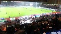 """Les supporters de l'Aviron Bayonnais entonnent le traditionnel """"Hegoak"""" pour saluer la victoire contre Clermont"""