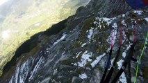 Jamie Lee fait du parapente dans les Alpes au ras des montagnes