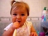Emma se brosse les dents!