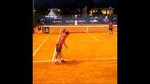Quand t'assommes ton partenaire de tennis... Coup droit en plein dans la tête