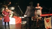En concert au Bataclan, Pete Doherty a déployé le drapeau français, avec écrit en grosses lettres Fuck forever terroris_1280x720