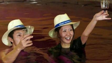 Baños en vino merlot para celebrar el Día de Beaujolais Nouveau en Japón