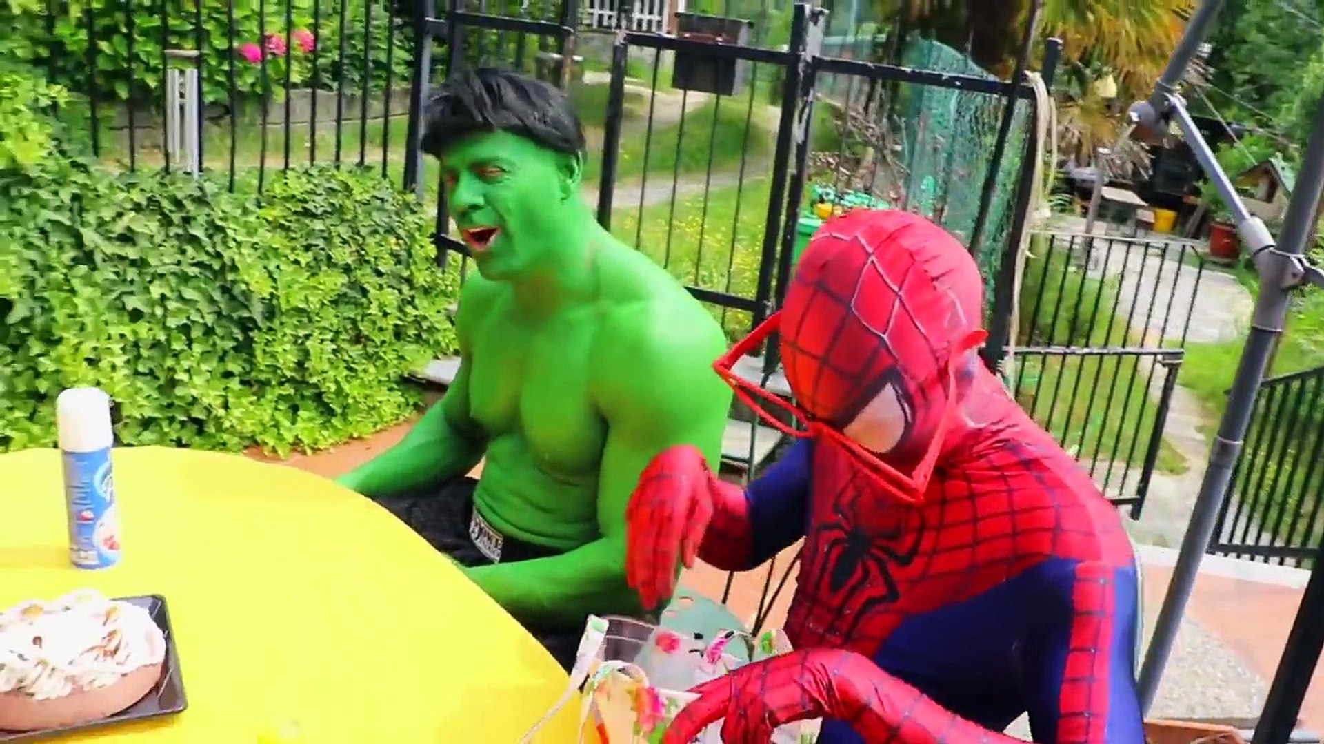 Hulk fica um buraco na barriga! w Spiderman, Elsa Frozen, Lady Hulk, Venom, Joker & de doces