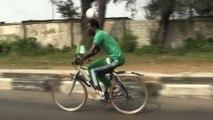 Nigeria : un footballeur fait 103km à vélo un ballon sur la tête
