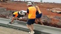 3 ouvriers ont une technique pour lisser le ciment en quelques secondes...
