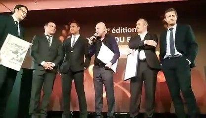 Kad Merad remet un Oscar d'honneur à Thierry Dusautoir