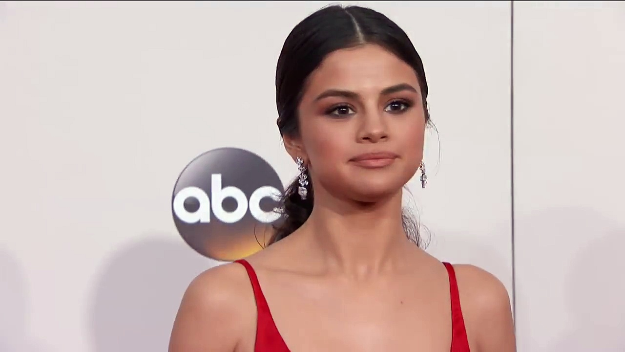 Selena Gomez Fashion - AMAs 2016. http://bit.ly/2BuUAGT