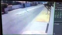 Ce motard n'aurait pas du se lever ce matin, c'est vraiment pas son jour à lui...