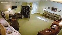 Une caméra de surveillance d'un salon funéraire filme une femme qui s'approche d'un cercueil, ce qu'elle va faire est ab