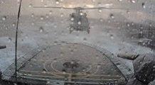 Un pilote d'hélicoptère de l'armée danoise réussit un atterrissage compliqué sur un bateau par mer agitée !