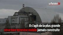 Le sarcophage géant de la centrale nucléaire de Tchernobyl installé