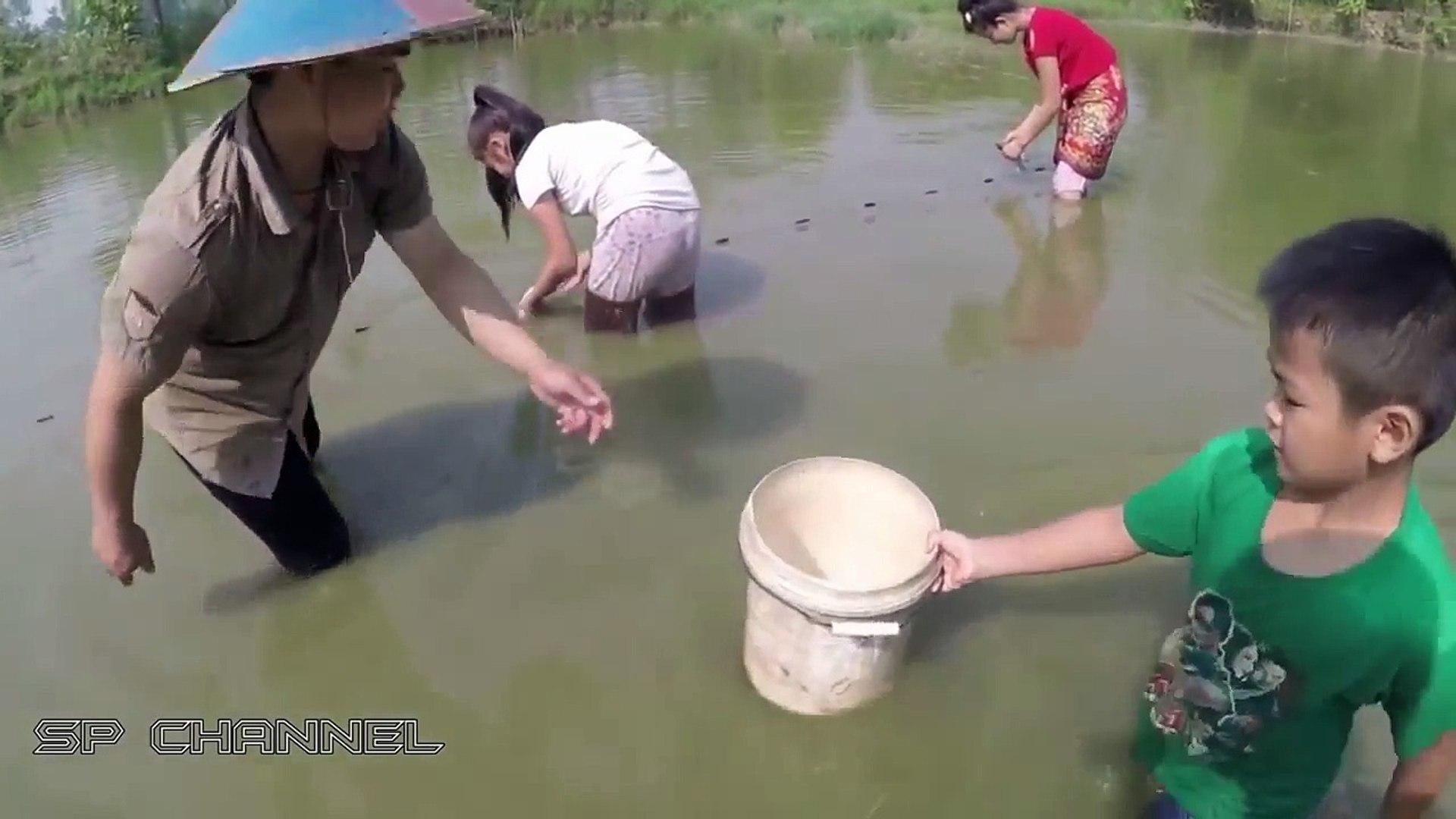 Amazing Girl Catch Snake Water Using Deep hole & Barrel Trap - Beautiful Girl Catch water snake