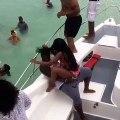 une-femme-fait-une-danse-sexy-sur-un-bateau-et-finit-a-leau