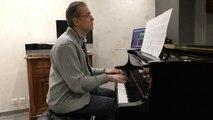 Et maintenant Gilbert Bécaud au piano bar