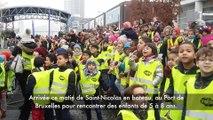 Saint Nicolas arrive en bateau au Port de Bruxelles à la rencontre de petits Bruxellois