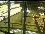 Un remorqueur fait une belle manœuvre pour éviter de justesse qu'un bateau ne percute un autre bateau
